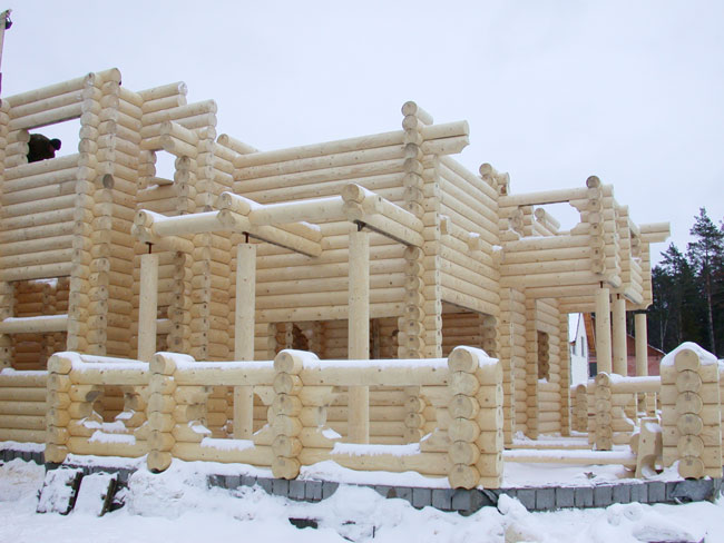стены дома из бруса зимой