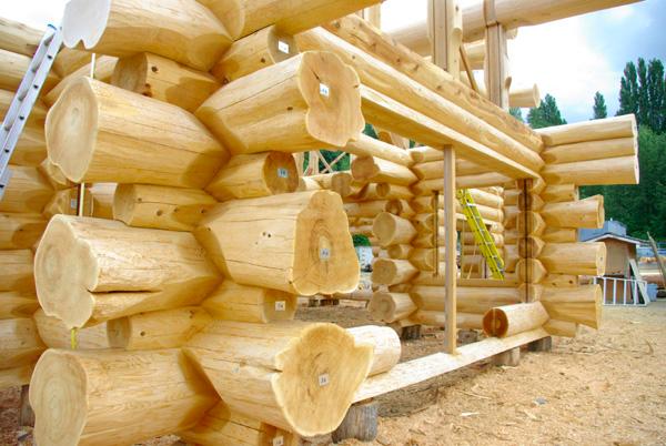 ручная рубка бревна для постройки дома