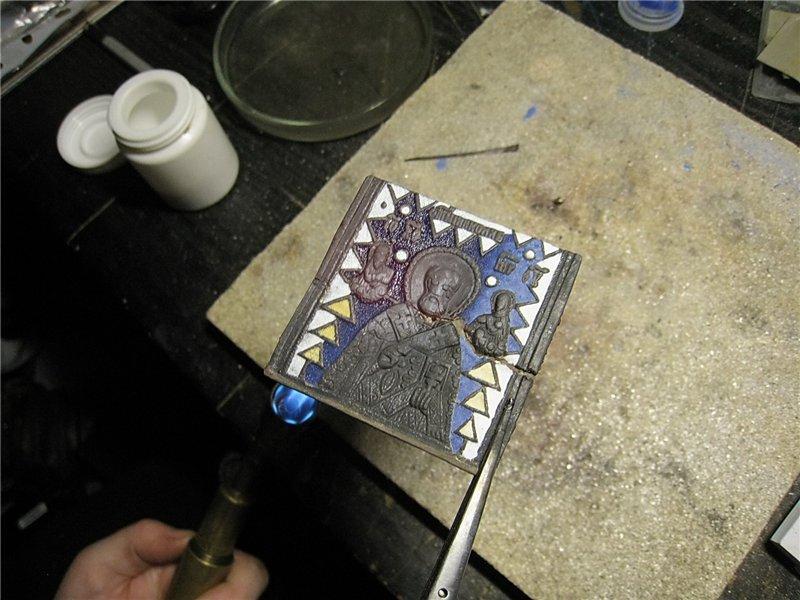 накладываем эмаль, сушим и отжигаем первый слой эмали
