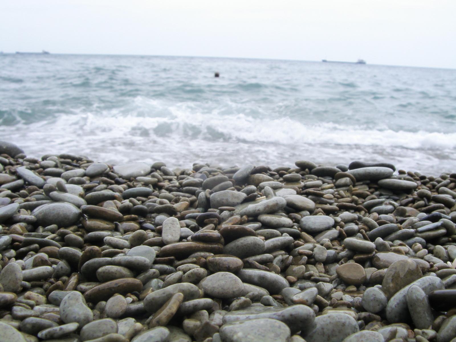 морская галька на побережье моря