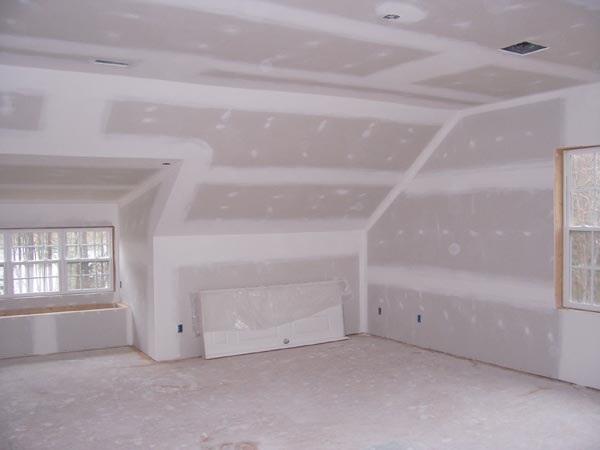 комната внутри деревянного дома отдела листами гипсокартона